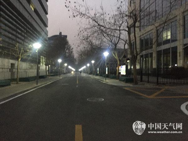 今晨,北京海淀能见度不高。