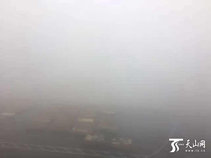 乌鲁木齐又迎大雾天气 机场滞留旅客超5000人