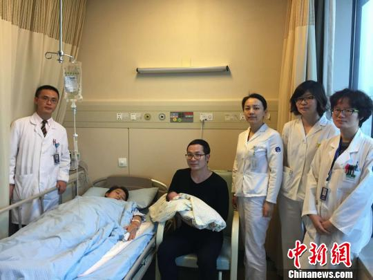 苏伟平全家和产科医护人员。 浙二医院 摄