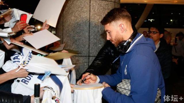 拉莫斯为日本球迷签名