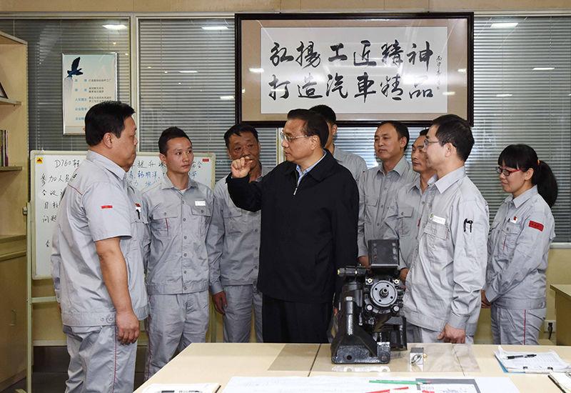 """5月23日,李克强总理考察东风商用车重卡新工厂时说,""""中国制造""""的品质革命,要靠精益求精的工匠精神。"""