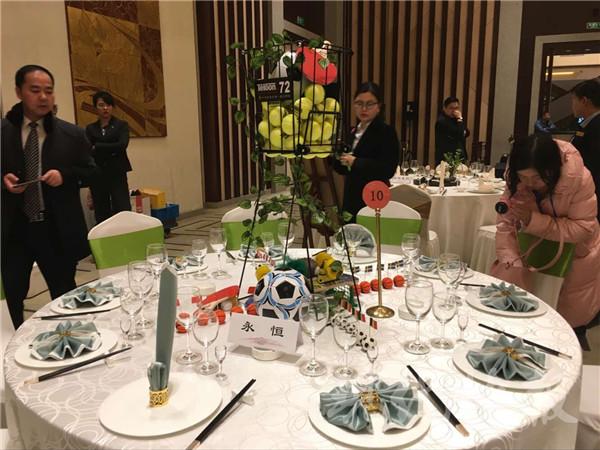 赵冉/文 徐洋/摄)典雅的着装,优雅的气质,娴熟的手法……中餐摆台图片