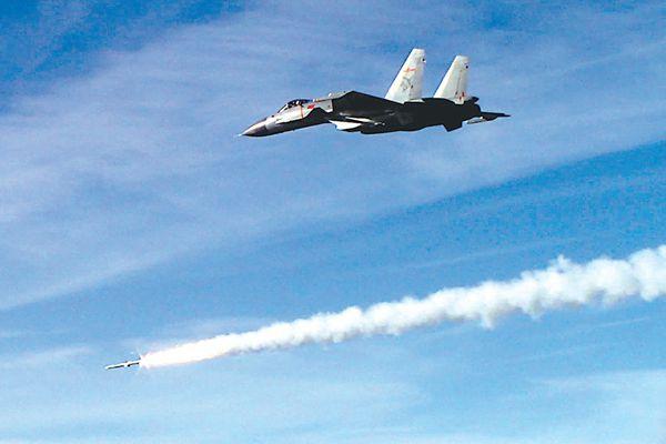 图为歼-15发射导弹。
