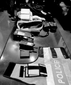 唐鸿的警用背心和证件照。