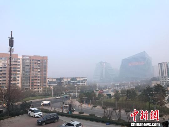 图为西安曲江新区一处建筑在雾霾之中。 张一辰 摄
