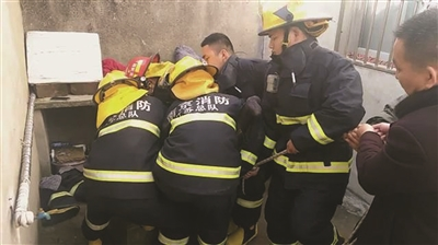 ▲救火员紧迫救援。