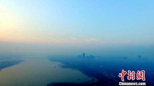 """江苏气温回升雾霾持续 13个城市均遭""""灰霾""""笼罩"""