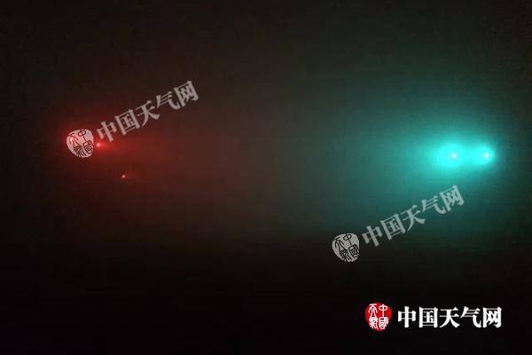 """今晨,北京仿佛为""""仙境"""",红绿灯已看不清。"""
