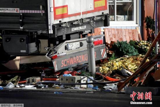 德国首都柏林市中心布赖特沙伊德广场圣诞市场遭一辆货车闯入。