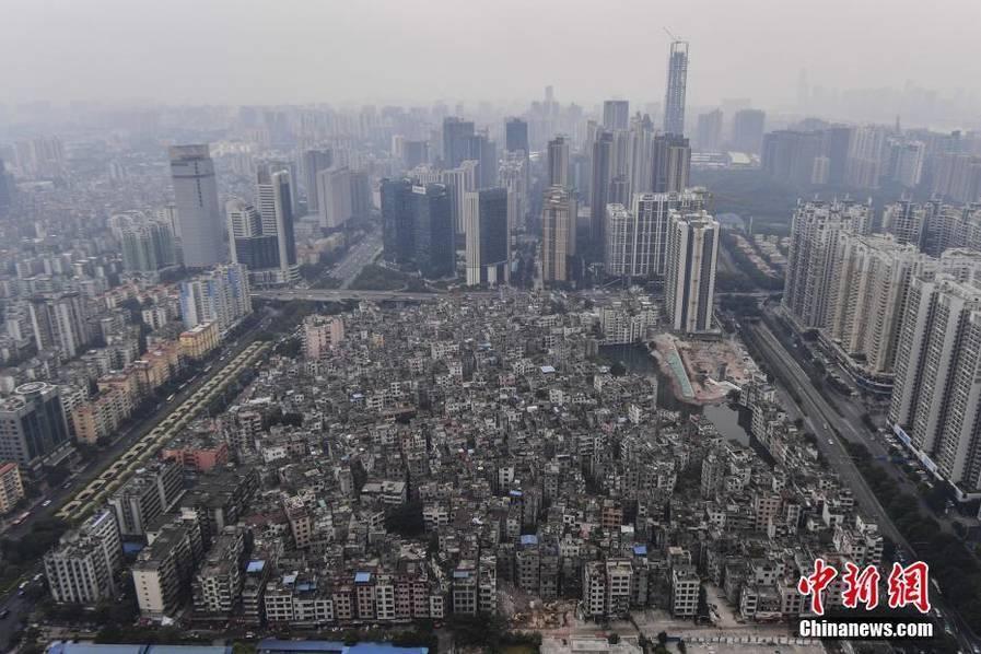 12月21日,广州百年冼村与周边的高楼形成鲜明对比。陈骥�F/摄 中新社