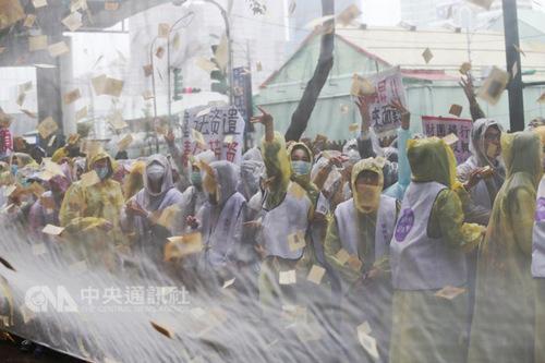 """复兴企业工会500多名员工丢鸡蛋、撒冥纸抗议。(台湾""""中央社""""/徐肇昌 摄)"""