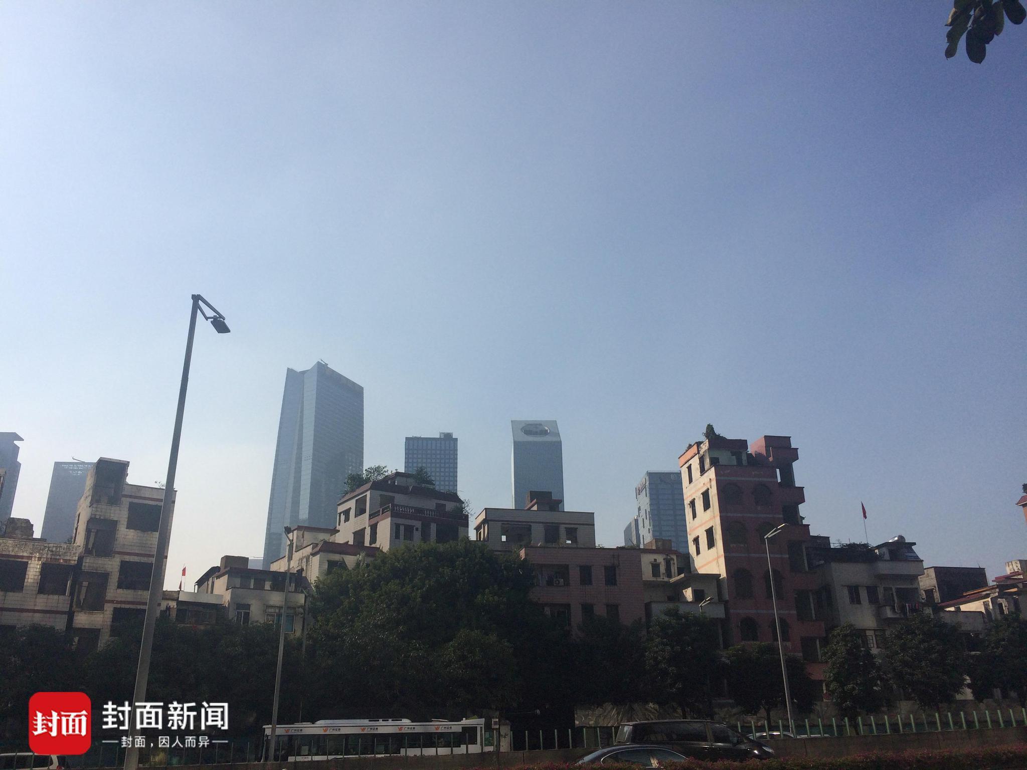 废屋背靠珠江新城高楼。