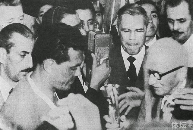 国际足联主席雷米特把雷米特杯颁给乌拉圭队长巴雷拉。