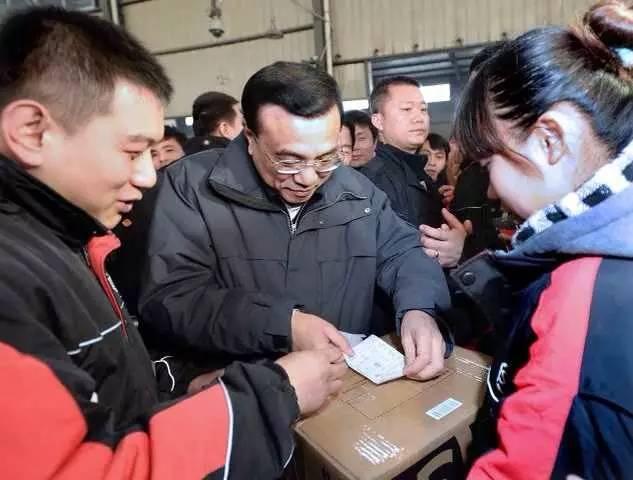 图:李克强总理2014年1月27日到西安顺丰速运有限公司看望慰问快递工人。