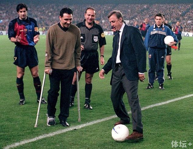 1999年,搀扶着拐杖的欧塞维奥和恩师克鲁伊夫为一场纪念赛开球。
