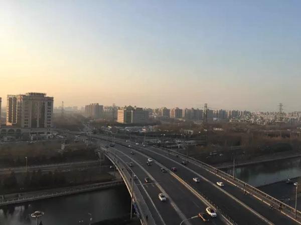 12月29日16时,北京海淀区车道沟桥邻近天空灰蒙蒙。(起源:景象北京微信大众号)