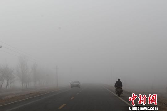 新疆阿拉尔市出现罕见大雾 能见度不足50米