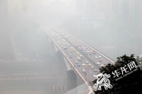 静稳天气导致重庆雾霾天 周末雨水来霾自散