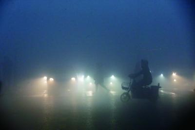 ▲今早7�r30分�S,通州�钋f路口,能�度�O低 。�z/�者 曹博�h