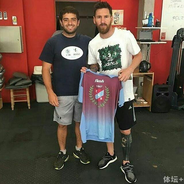 梅西在罗萨里奥不忘去当地橄榄球俱乐部训练保持状态