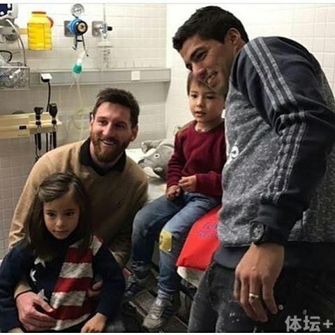梅西和苏牙回巴塞罗那以后就去儿童医院探访
