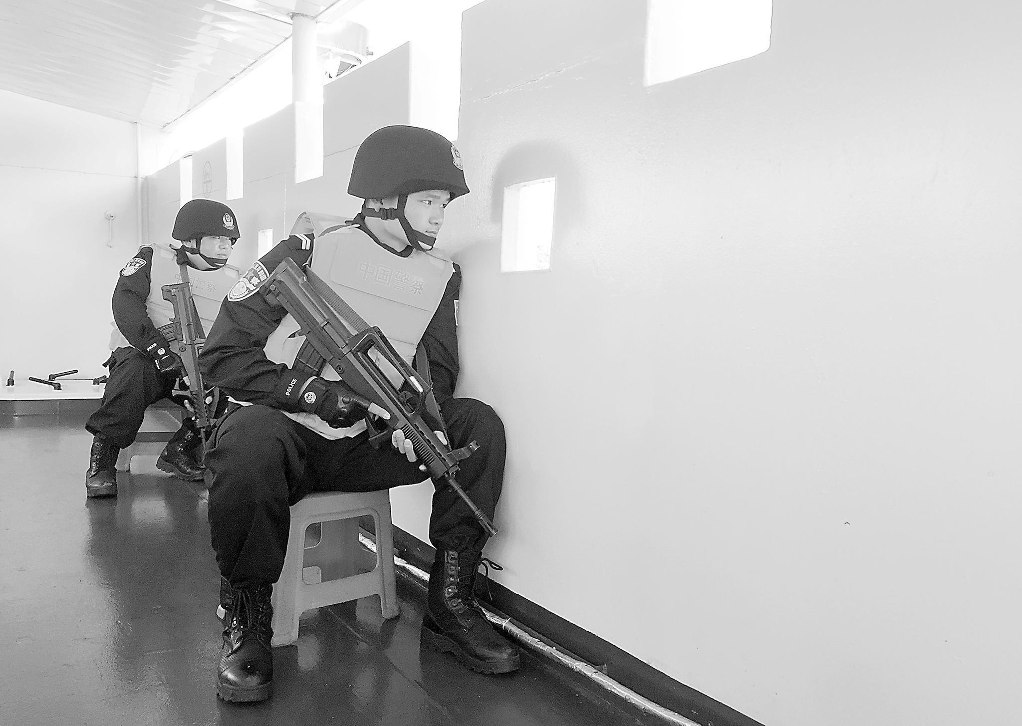 巡逻中进入一级警备的中国边防警察