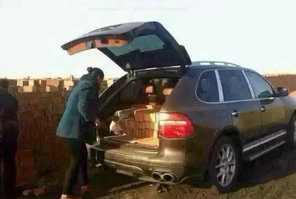 农村大妈开日产跑车上集市,打开尾厢后路人围了上去