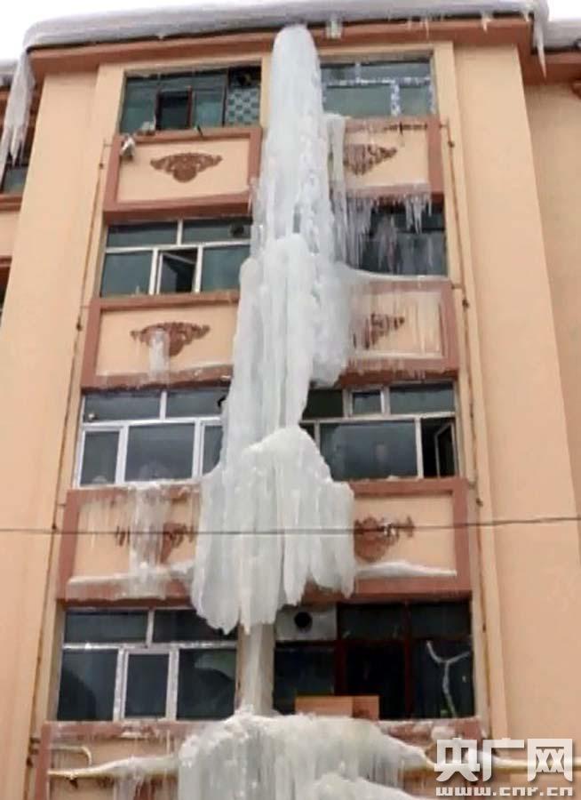 """新疆阿勒泰居民楼惊现20米长""""冰柱"""""""