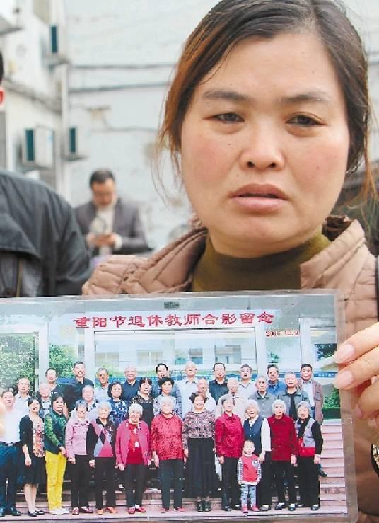 家人翻看老照片,悲伤不已。
