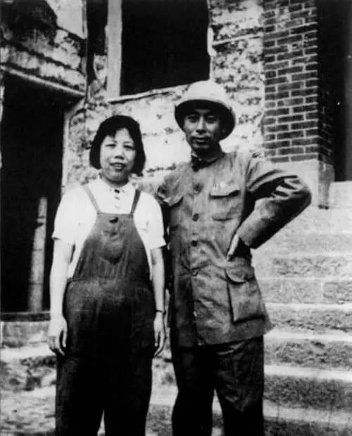 1940年9月,周恩来和邓颖超合影。