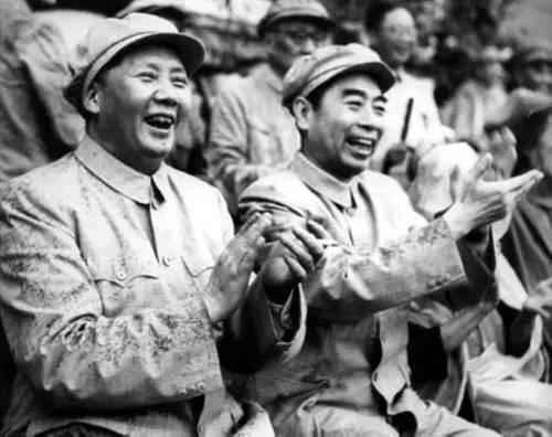 1952年8月,周恩来与毛泽东在北京先农坛体育场观看解放军体育运动会的比赛。