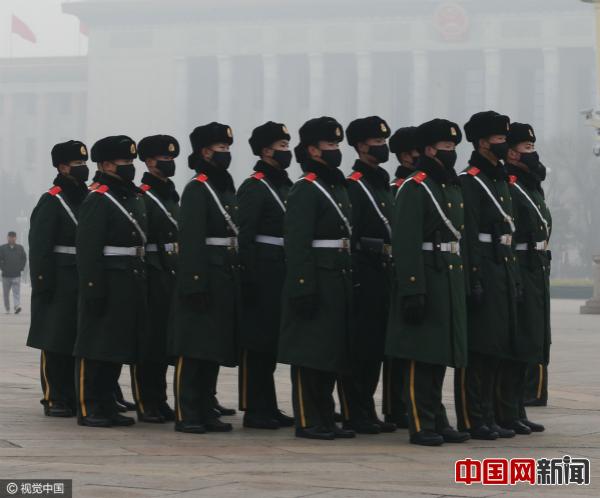 2017年1月1日,武警战士戴口罩在天安门广场值勤。图片来源:CFP