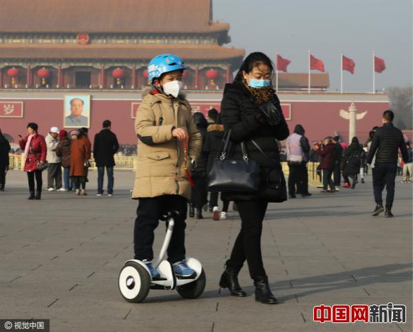 2017年1月2日,一位妈妈带着孩子游览天安门广场。图片来源:CFP