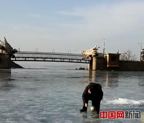 2017年1月4日,密云区高岭镇白河�敬逑掠�子,一村民在白龙潭水库凿冰,准备钓鱼。照片由许辉提供