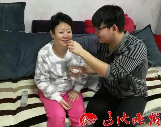 敖宁回家给妈妈喂药,此时妈妈虽然已经失明,但儿子在身边,还是非常开心。