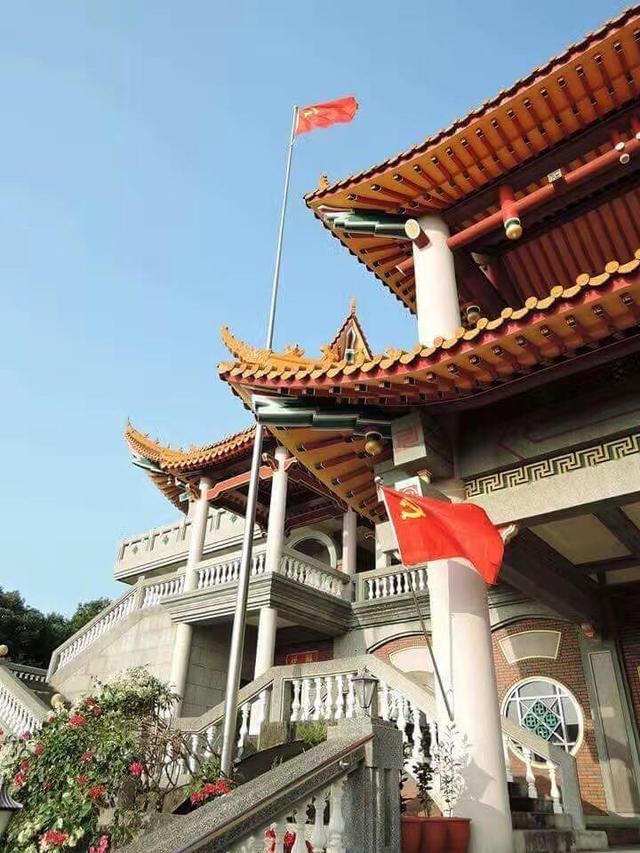 五星红旗和中国共产党党旗已高高竖起
