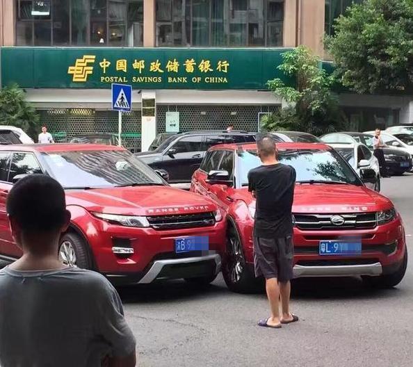路虎极光撞上一辆车,车主开始担心要赔很多钱,下车看后放心了!
