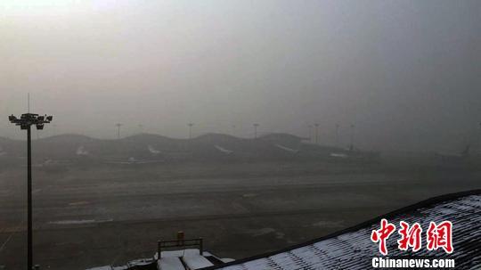 乌鲁木齐国际机场遭大雾侵袭致32架次航班延误或取消