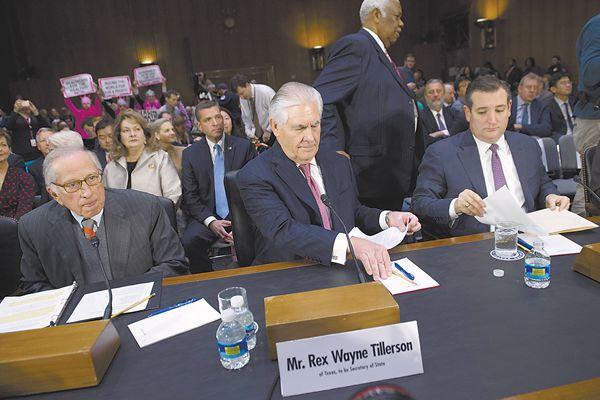 当地时间11日,被特朗普提名为美国国务卿的蒂勒森(中)出席参议院外交关系委员会听证会。