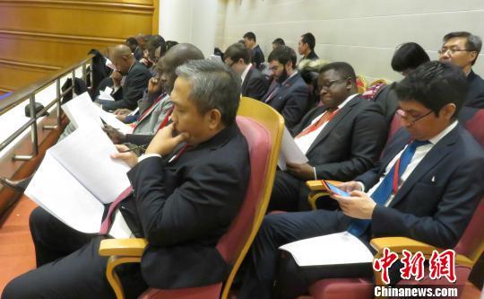 部分外国驻华使节14日旁听北京市代市长蔡奇向此间开幕的北京市十四届人大五次会议做政府工作报告。 曾鼐 摄