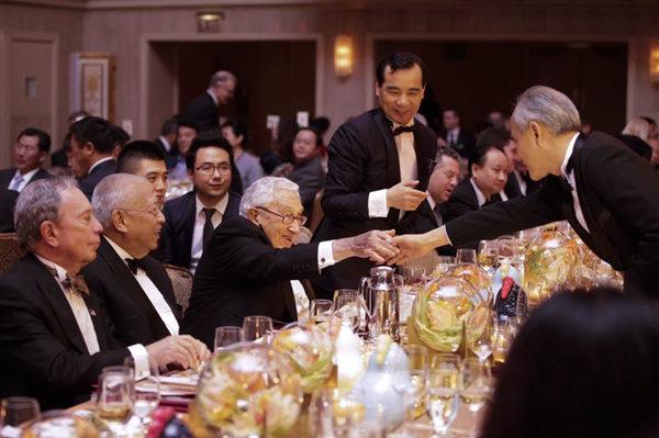 当地时间1月12日,美国中国总商会2017年年度晚宴在纽约举行,中美两国政、商、学等各界500余人出席了晚宴。 廖攀/中新社供图