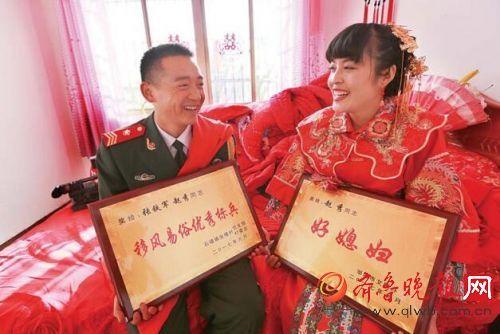 手捧荣誉奖牌,夫妻俩笑得很开心。 本报记者 黄广华
