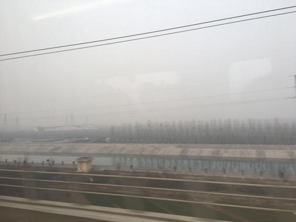 1月15日,石家庄附近天地间灰蒙蒙一篇,能见度较差。(来源:微博)