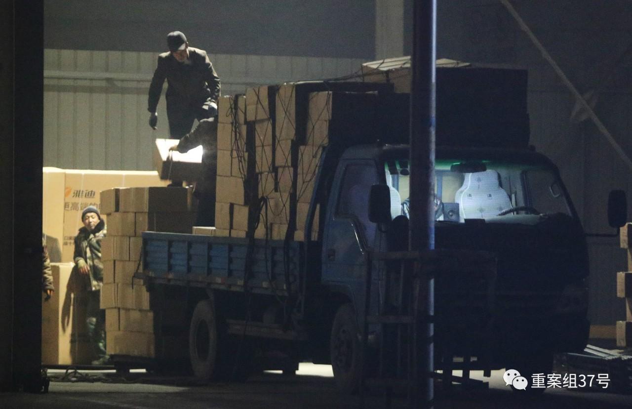 1月4日晚,天津兴达物流园福建专线,小货车从各造假窝点将数百件假调料运到这里。当晚,这批假货从这里装车启程,发往福建。新京报记者 大路 摄