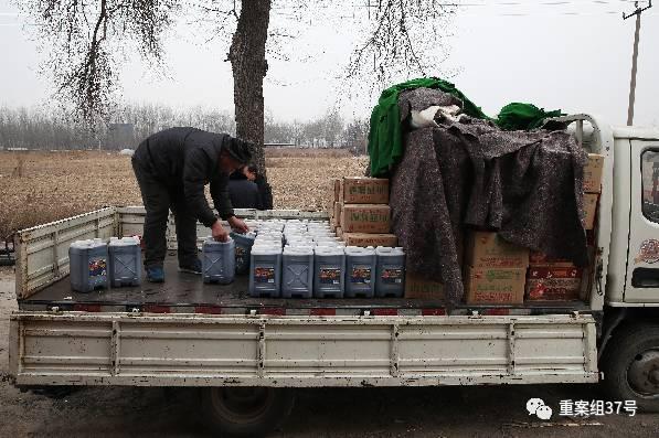 1月16日,天津独流镇一假醋造假窝点,执法人员雇来的民工将窝点的假醋和设备装上卡车,准备拉走。新京报记者 大路 摄