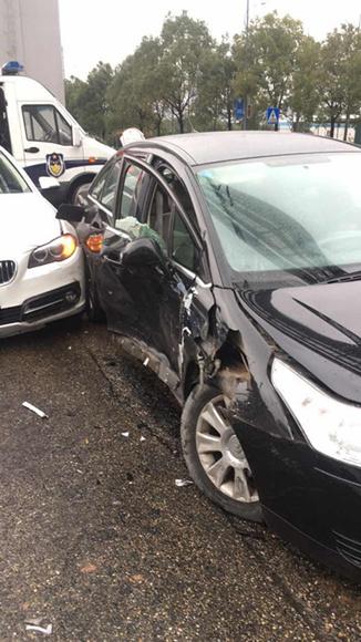 开车走神撞豪车 担责受罚损失大双凤大队及时处理一起交通事故