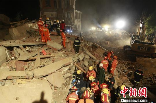 营救气力连夜翻开营救。消防供图