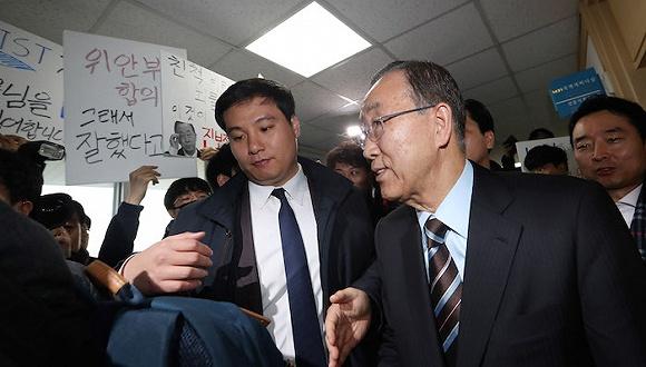 当地时间2017年1月19日,韩国大田,前联合国秘书长潘基文访问韩国科学技术院,遭到学生示威抗议。图片来源:视觉中国