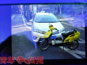 小轿车与电动车路口相撞 女子被压车下