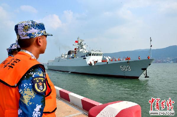 东海舰队派出两艘护卫舰、一架无人机全力搜救失事渔船
